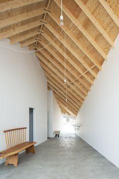 Casa y Estudio de Arte, Shiga, Japón - Alphaville - foto: Yohei Sasakura Wood Architecture, Futuristic Architecture, Architecture Details, Japanese Architecture, Shiga, Modern Cabin Interior, Dream House Exterior, Common Area, Modern Buildings