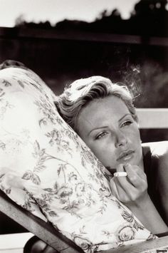 Charlize Theron siempre está en otra. #MujeresQueFuman