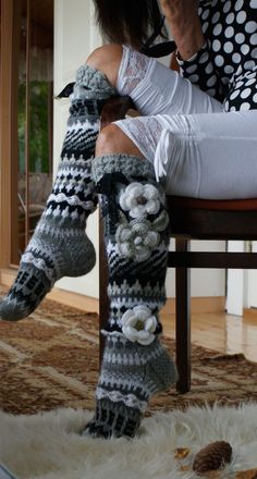 knee high socks,,no pattern, just inspiration for the colors. Gilet Crochet, Crochet Boots, Crochet Slippers, Crochet Clothes, Knit Crochet, Loom Knitting, Knitting Socks, Hand Knitting, Knitting Patterns
