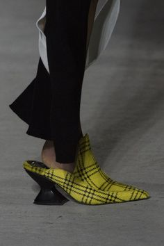 Marques' Almeida Fall 2018 Fashion Show Details. All the Fall 2018 fashion shows from London's LFW: Women's in one place. Designer collections, runway reviews, photos, videos, backstage, accessories, beauty, atmosphere, street style & more.
