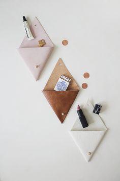 Kijk wat ik gevonden heb op Freubelweb.nl: een gratis werkbeschrijving om deze driehoekvormige tasjes van leer te maken https://www.freubelweb.nl/freubel-zelf/zelf-maken-met-leer-tasje/