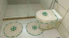 Jogo de Banheiro de Crochê com 3 peças.    1 tapete tampa de vaso  1 tapete vaso  1 tapete pia    Aceito encomendas e cor à critério do cliente