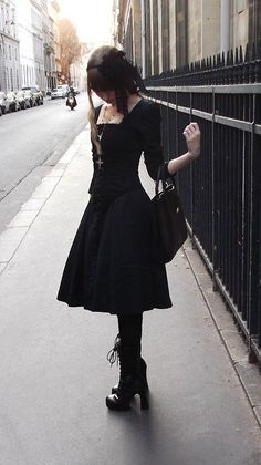 Top Gothic Fashion Tips To Keep You In Style. As trends change, and you age, be willing to alter your style so that you can always look your best. Consistently using good gothic fashion sense can help Fashion Mode, Dark Fashion, Lolita Fashion, Womens Fashion, Casual Gothic Fashion, Modest Fashion, Street Fashion, Gothic Mode, Gothic Lolita