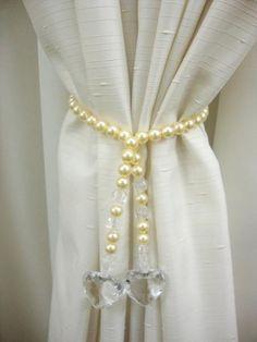Me gusta el efecto fashion de las perlas sobre la cortina, Channel Style....