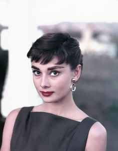 The lovely Audrey Hepburn! Audrey Hepburn Photos, Audrey Hepburn Style, Audrey Hepburn Makeup, Online Magazine, Susa, Style And Grace, Vintage Glamour, Classy Women, Beautiful Actresses