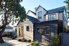 This elegant urban farmhouse home was designed by Tim Barber Architects, located in Venice Beach, California. Modern Farmhouse Design, Urban Farmhouse, Farmhouse Homes, Farmhouse Style, Timber Beams, Tim Barber, Venice Beach, Maine House, Building A House