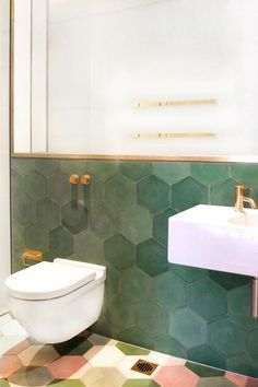 Amazing hexagonal tiles, i love the floor colors and the gold details! #bathroomdecorideas #bathroomsets: