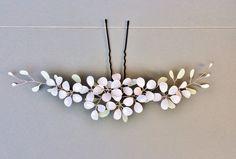 Elegante Haarnadel mit zierlichem Blütendesign in weiß und zartem Grün  Die Haarnadel lässt sich problemlos in jede Hochsteckfrisur stecken.