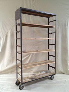 vintage industriële boekenkast op wielen of poten