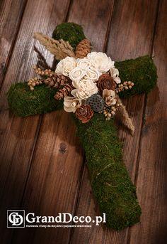 Krzyż z mchu z dekoracją z kwiatów sola i suszu egzotycznego: mini lotosy, szyszki, trawy, gałązki canella, róża cedrowa.Wszystkie elementy do nabycia na www.GrandDeco.pl