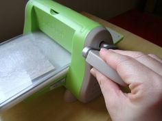 Desde que comecei a fazer cartões e scrap sempre adorei a técnica de relevo seco ou emboss. Neste cartão eu usei a maquina cuttlebug com pl...