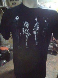 """A tribute to Tim Burton  R$ 35,00 + frete Todas as cores Personalizamos e estampamos a sua ideia: imagem, frase ou logo preferido. Arte final. Telas sob encomenda. Estampas de/em camisas masculinas e femininas (e outros materiais). Fornecemos as camisas ou estampamos a sua própria. Envie a sua ideia ou escolha uma das """"nossas"""".... Blog: http://knupsilk.blogspot.com.br/ Pagina facebook: https://www.facebook.com/pages/KnupSilk-EstampariaSerigrafia/827832813899935?pnref=lhc…"""