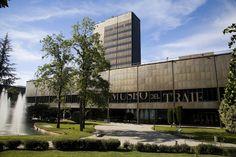 El Museo del Traje antes fue museo de Arte Contemporáneo Spain And Portugal, Skyscraper, Multi Story Building, Tours, Mansions, Architecture, House Styles, City, Places