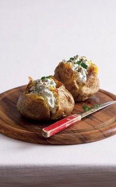 Snadno a rychle: pečená brambora s náplní | Apetitonline.cz
