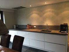 Keuken, modern en strak. Kasten hoogglans wit. Mooi #paellastoneblad