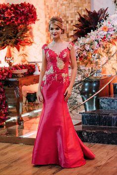 O corte sereia deste vestido é demais! Confeccionado em tafetá com aplicações de renda e pedraria, este modelo é para quem é PHYNA mesmo!
