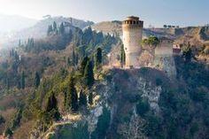 Un minuscolo borgo della provincia di Piacenza, arroccato su uno sperone di rocciaa 464 metri a strapiombo sul Trebbia, proprio dove il fiume fa una curva creando un canyon spettacolare. A Br…