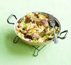 Paella wordt in Spanje altijd in een speciale paellapan, een soort wok met platte onderkant, bereid. Maar een wok werkt ook goed.
