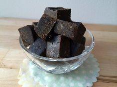 Raw lakritsfudge cirka 15 st 12 färska urkärnade dadlar 1 msk kokosolja 1 msk kokosmjöl 4 tsk lakritspulver (gärna raw ifall du hittar det) 1 tsk vaniljpulver 1 krm flingsalt