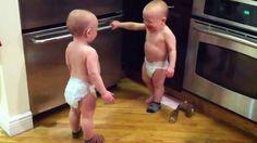 Baby-tweeling praat met elkaar