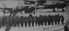 Pilotos de Ki-45 saludan a su comandante antes de una misión de defensa sobre Japón - Pin it by GUSTAVO BUESO-JACQUIER
