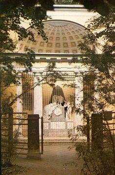 """Monument """"Aux chers Parents"""" - Pavlovsk - Construit en 1786-1787 par Charles Cameron en souvenir de la soeur de Maria Feodorovna il est agrandi en 1808 par Jean-François Thomas de Thomon suite aux décès des autres membres de la famille de Maria Feodorovna."""