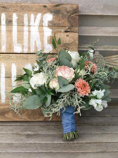 Natürlicher Brautstrauß in Grün und Lachs mit Dahlien, Eukalyptus-Blättern und englischen Rosen von weddingstyle.de
