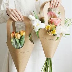 Big Paper Flowers, How To Wrap Flowers, Paper Flower Wall, How To Make Paper Flowers, Flower Packaging, Paper Packaging, Pretty Packaging, Bag Packaging, Flower Bag