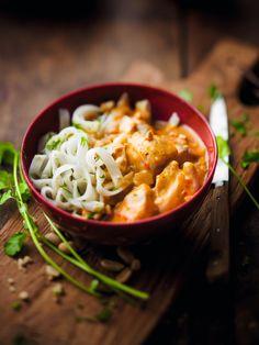 Nouveau : Poulet sauce massaman et nouilles de riz cuisinées Ce poulet est cuisiné dans une sauce au curry rouge, lait de coco, citronnelle, galanga et noix de cajou. Une recette typiquement thaï qui a la bonne idée de se marier avec des nouilles de riz pour varier les plaisirs.