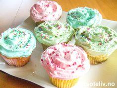 """Her er oppskriften på VERDENS MEST TRENDY muffins!! """"Vanilla Cupcakes"""" fra """"Magnolia Bakery"""" som ligger i Greenwich Village i New York, har blitt verdensberømte etter at de fire jentene i den populære serien """"Sex and the City"""" (""""Sex og singelliv"""") i flere episoder har sittet utenfor bakeriet med hver sin pastellfargede cupcake og snakket om menn:-) Jeg har selv besøkt dette bakeriet, og jeg må innrømme at munnen min løp i vann av alle de store, flotte, delikate kakene bak kakedisken!!! Det… Vanilla Cupcakes, Sweet 16, Magnolia, Muffins, Bakery, Goodies, Greenwich Village, Desserts, Food"""