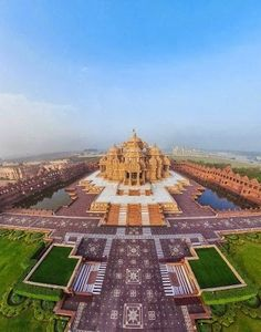 Akshardham - Delhi - India Akshardham is a Hindu temple complex in Delhi, India. Also referred to as Delhi Akshardham or Swaminarayan Akshardham, the complex displays millennia of traditional Hindu and Indian culture, spirituality, and architecture. Temple India, Hindu Temple, Places Around The World, Travel Around The World, Around The Worlds, Places To Travel, Places To See, Wonderful Places, Beautiful Places