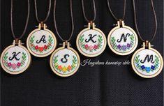 Etamin Tiny Cross Stitch, Xmas Cross Stitch, Cross Stitch Bookmarks, Cross Stitch Alphabet, Cross Stitching, Wool Embroidery, Hand Embroidery Stitches, Embroidery Jewelry, Cross Stitch Embroidery