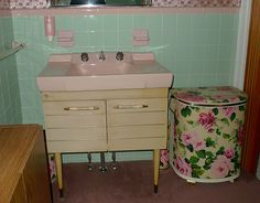 Kitschy Living - pink and aqua bathroom Aqua Bathroom, Vintage Bathrooms, Pink Bathrooms, Bathroom Ideas, Dream Bathrooms, Bathroom Designs, Bathroom Inspiration, Victorian Style Bathroom, Vintage Sink