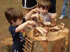 Losse stukjes hout. Uren speelplezier voor de kleinsten - houten cirkels, plankjes, denappels... Hier hebben ze er simpele meubeltjes en poppetjes mee gemaakt.  Natural playground 4