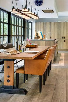 Kookeiland met houten eettafel