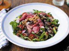 Roastbeef-Salat mit asiatischem Dressing und Erdnusssauce -