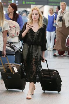 Makeup free Margot Robbie is positively radiant as she continues to wear band on her wedding finger at airport with beau Tom Ackerley Margot Robbie Harley, Atriz Margot Robbie, Margot Robbie Feet, Margot Robbie Style, Harley Quinn, Cooler Style, Friend Outfits, Beautiful People, Beautiful Women