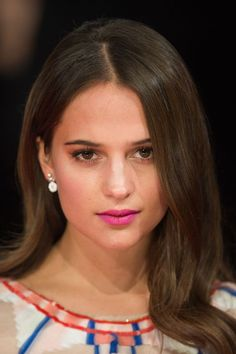 Though we love when Alicia's hair is neatly tucked behind the ears, this free-falling look, worn at the BAFTAs in 2014, creates extra allure. #refinery29 http://www.refinery29.com/2016/05/110827/alicia-vikander-makeup#slide-4