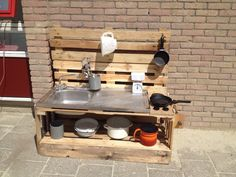 De eerste buitenkeuken is klaar! op onze speelplaats? En pannen lenen in de speelstraat... Diy Playground, Natural Playground, Patio, Backyard, Outdoor Play Areas, Mud Kitchen, Outdoor Education, Outdoor Classroom, Reggio Emilia