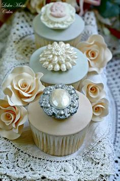 01/05/16 - These cupcakes look so pretty that I don't think you can resist them, dear Dee! Enjoy these fancy calories my friend :) With love ❤ ~Tomris
