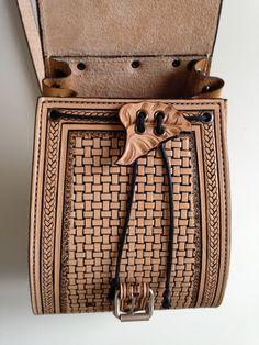 Sac à main style sac à dos en cuir repoussé, motif shéridan sculpté