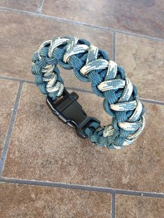 Paracord: The Ultimate Survival Tool - Way Outdoors Paracord Bracelet Designs, Paracord Keychain, Paracord Projects, Paracord Bracelets, Strong Knots, Sewing Cards, Cute Crochet, Ropes, Loom Beading