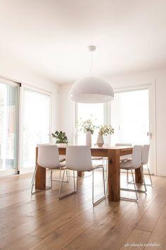 House 090 : Sala da pranzo minimalista di COOLSTOODIO