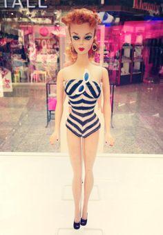 Takto vyzerala úplne prvá bábika Barbie na svete! Od 18.6. do 20.7. ju nájdete v Auparku Žilina.