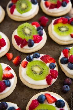 Mini Fruit Pizzas with Lemon Cream Cheese Frosting - Cooking Classy Cream Cheese Sugar Cookies, Lemon Cream Cheese Frosting, Easy Sugar Cookies, Sugar Cookie Dough, Cream Cheese Recipes, Sugar Cookies Recipe, Cookie Recipes, Cream Frosting, Cream Cheeses