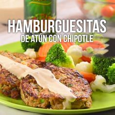 Te presentamos hamburguesas de atún acompañadas de una salsa cremosa de chipotle que le dan un toque delicioso. Seafood Recipes, Mexican Food Recipes, Cooking Recipes, Healthy Recipes, I Love Food, Good Food, Yummy Food, Comida Diy, Chipotle