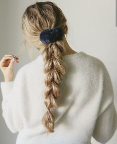 Scrunchie 😍 Kayley Melissa - Books and Peonies - Scrunchie 😍 Kayley Melissa Scrunchie 😍 Kayley Melissa Winter Hairstyles, Pretty Hairstyles, Braided Hairstyles, Scrunchy Hairstyles, Heatless Hairstyles, Teenage Hairstyles, 90s Hairstyles, Casual Hairstyles, Braided Ponytail
