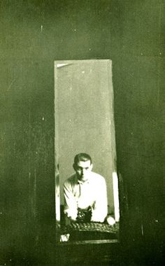 Julio Cortázar, Self-Portrait in the mirror, Buenos Aires, 1947. © Fonds Aurora Bernárdez, Coll CGAI. Ref.: Le voyage Infini - Archives photographiques de Julio Cortázar (Maison de l'Amérique latine, 2007)