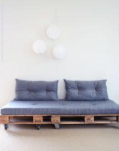 Vi hade ingen soffa till övervåningens mysrum, däremot har jag försökt att fixa till en soffa av gamla lastpallar men inte haft tid att slutföra det. Nu tog jag tjuren vid hornen och gjorde klart soff