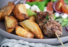 Græske kødspyd eller lammefrikadeller og dertil råstegte sprøde timiankartofler er et hit og nem hverdagsmad - få opskrift her